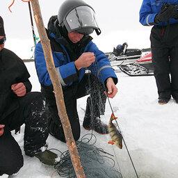Finland-Lapland-Ivalo-wilderness-hotel-Inari-ijsvissen