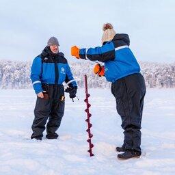 Finland-Lapland-Ivalo-wilderness-hotel-Inari-ijsvissen-ijsboor