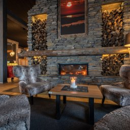 Finland-Lapland-Ivalo-wilderness-hotel-Inari-lobby-haardvuur-sfeerfoto