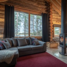 Finland-Lapland-Ivalo-wilderness-hotel-Inari-log-cabin-woonkamer