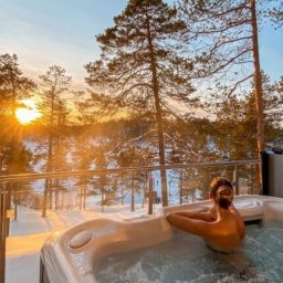 Finland-Lapland-Ivalo-Wilderness-Hotel-Nangu-panorama-log-cabin-jacuzzi