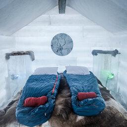 Finland-Lapland-Rovaniemi-Apukka-resort-ice-cabin-interieur-slaapkamer