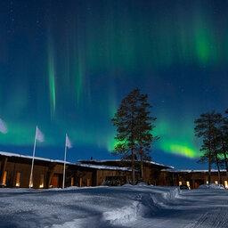 Finland-Lapland-Rovaniemi-Octola-Lodge-buitenaanzicht-sneeuw-noorderlicht