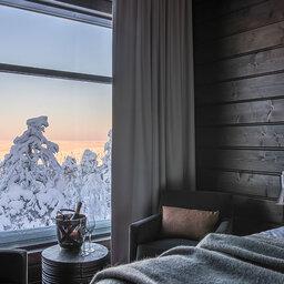 Finland-Lapland-Rovaniemi-Octola-Lodge-slaapkamer-uitzicht-champagne