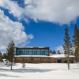 Finland-Lapland-Saariselka-Javri-Lodge-buitenaanzicht-sneeuw