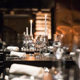 Finland-Lapland-Saariselka-Javri-Lodge-hoofdrestaurant-kaarslicht