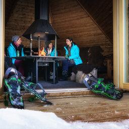 Finland-Lapland-Saariselka-Javri-Lodge-wilderness-cabin-sfeerfoto-kampvuur