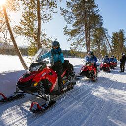 Finland-Lapland-Wilderness-hotel-nangu-sneeuwscootersafari[1]