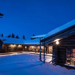 Finland-Lapland-Yllas-L7-Luxury-Lodge-buitenaanzicht-avond