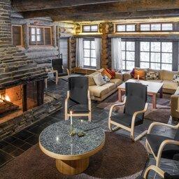 Finland-Lapland-Yllas-L7-Luxury-Lodge-openhaard-zithoek-woonkamer