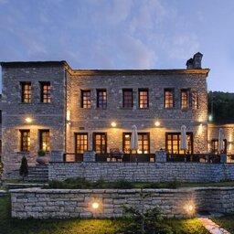 Griekenland-Epirus-Aristi-Mountain-Resort-hotelgebouw-avond