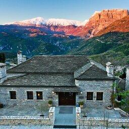Griekenland-Epirus-Aristi-Mountain-Resort-hotelgebouw-luchtfoto