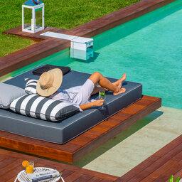 Griekenland-Halkidiki-Avaton-Junior-suite-met-privé-zwembad-man-op-ligbed