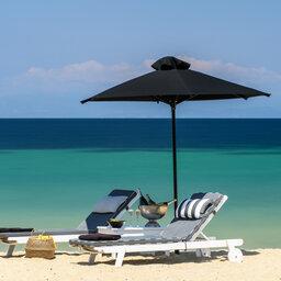 Griekenland-Halkidiki-Avaton-ligbedden-parasol-strand