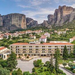 Griekenland-Meteora-Divani-Meteora-Hotel-hotelgebouw-luchtfoto