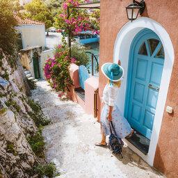 Griekenland-Vrouw-met-hoed-authentiek-straatje