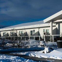 IJsland-Ásborgir-Hotel-Grimsborgir-gebouw-sneeuw