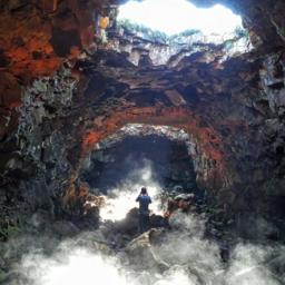 IJsland-Excursie-Bezoek-aan-Lava-Cave-Raufarholshellir-met-gids2