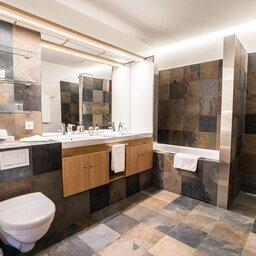 IJsland-Husafell-Hotel-Husafell-badkamer