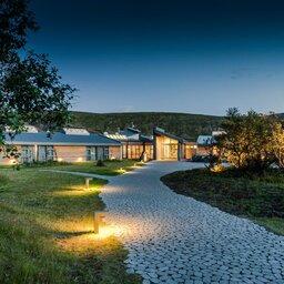 IJsland-Husafell-Hotel-Husafell-wandelpad-huisjes