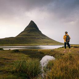 IJsland-noordkust-Excursie-Bezoek-aan-de-Kirkjufell-mountain-hiker
