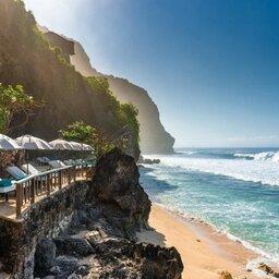 Indonesië-Bali-Uluwatu-The-Bulgari-Resort-Bali-ligbedden-aan-de-zee
