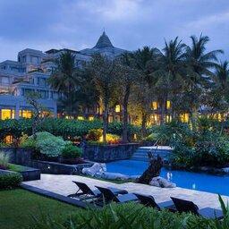 Indonesië-Java-Yogyakarta-Hyatt-Regency-zwembad-hotelgebouw