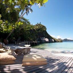 Indonesië-Misool-Misool-Resort-ligbedden-strand