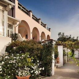 Ischia-Tenuta-Del-Poggio-Antico-hotel-gebouw