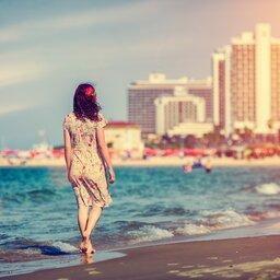 Israël-Tel Aviv-hoogtepunt-vrouw op het strand