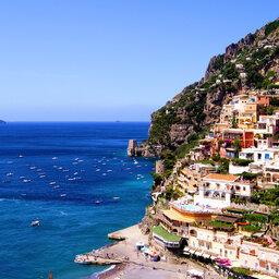 Italië-Amalfi-kleurrijke-huisjes-en-zee