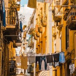 Italië-Napels-Sfeerfoto-straat-waslijnen