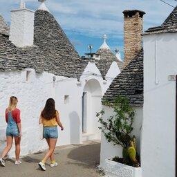 Italië-Puglia-Excursie-wandeling-door-de-stad-Alberobello-met-filter