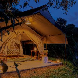 Kenia-Masai Mara-Emboo River Camp-kamer by night-min