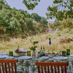 Kenia-Masai Mara-Emboo River Camp-lunch bij de rivier-min