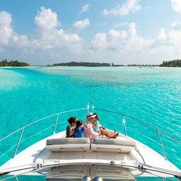 Malediven-Anantara-Dhigu-gezin-op-boot