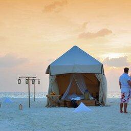 Malediven-Kunfunadhoo-eiland-Soneva-Fushi-Hotel-koppel-op-het-strand