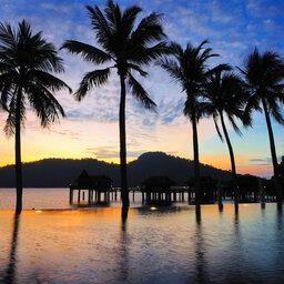 Maleisie-algemeen-paalwoningen bij avondlicht