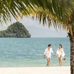 Maleisië-westkust-Four-Seasons-Resort-Langkawi-koppel-op-strand