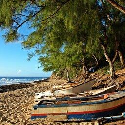 Mozambique-algemeen-bootjes op het strand