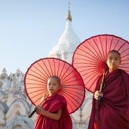 Myanmar-Mingun-hoogtepunt-tempel met monniken (Custom)