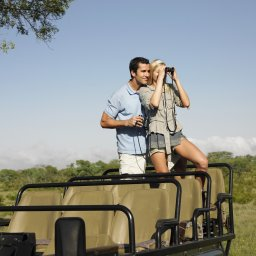 Namibië-algemeen-koppel in safari jeep