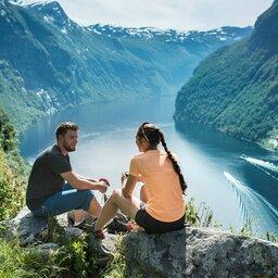 Noorrwegen-Fjord-Noorwegen-Bezienswaardigheid-Geiranger-koppel-uitzicht