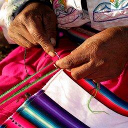 Peru-vrouw die naait