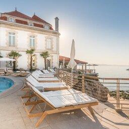 Portugal-Cascais-Hotel-The-Albatroz-Hotel-zwembad-met-ligbedden