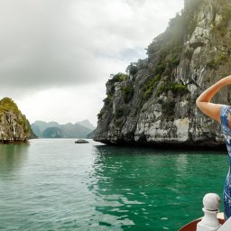 rsz_1rsz_vietnam-ha-long-bay-streek-vrouw-kijkend-naar-uitzicht