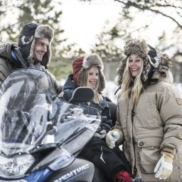 rsz_2rsz_zweden-lapland-kiruna-fjellborg-arctic-lodge-familie-gezin-sneeuwscooter