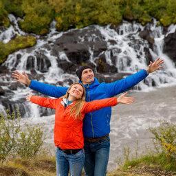 rsz_ijsland-westkust-excursie-bezoek-aan-de-hraunfossar-waterval-koppel-3