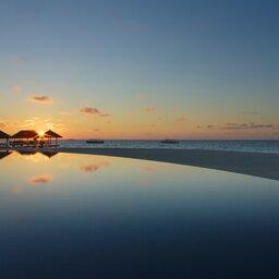 rsz_malediven-south-malé-atoll-velassaru-zwembad-zonsondergang