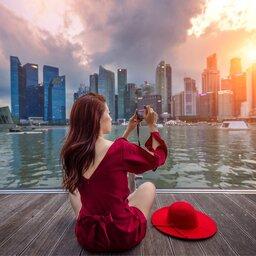 rsz_singapore-skyline-met-vrouw-die-foto-maakt